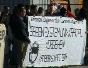 Peter Pichl mit dem Banner der Kameradschaft Gera auf einer Demo am 10.11.01